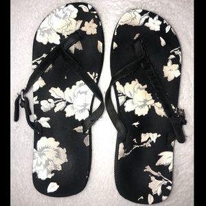 ‼️👠‼️BOGO 50% OFF! Black & white floral flipflops